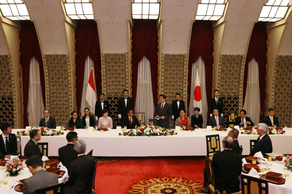 Photograph of the Prime Minister delivering a speech at the banquet hosted by Prime Minister Abe and Mrs. Abe