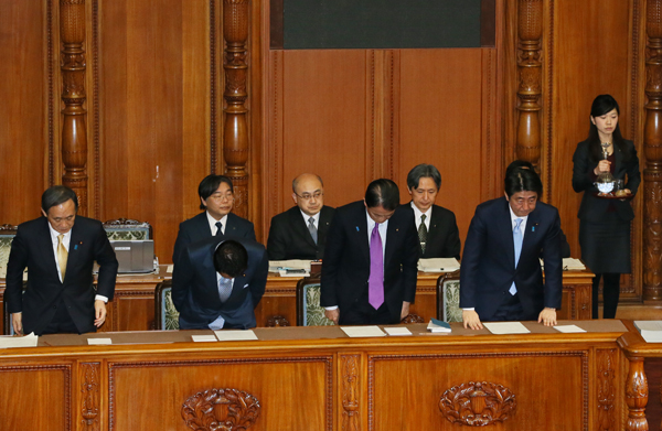 Photograph of the Prime Minister bowing after the vote on the FY2015 comprehensive budget at the plenary session of the House of Councillors