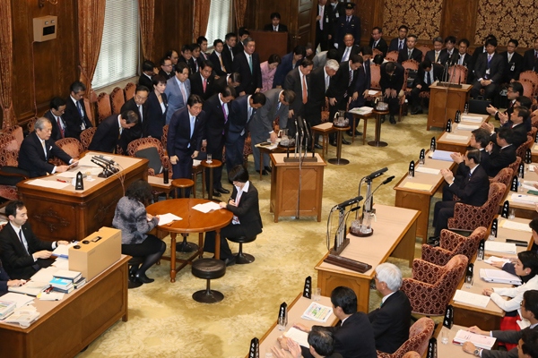 Photograph of the Prime Minister bowing after the vote on the FY2015 comprehensive budget at the meeting of the Budget Committee of the House of Councillors