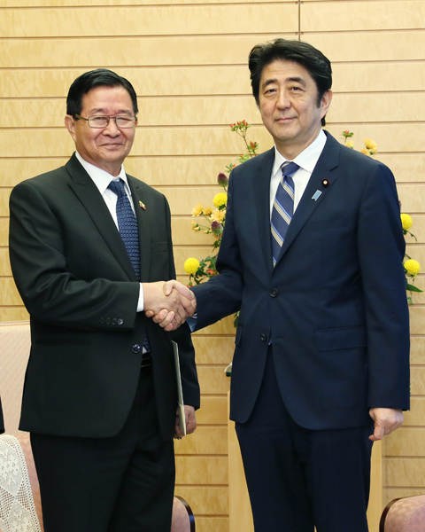 Photograph of Prime Minister Abe shaking hands with the Minister for President of Myanmar