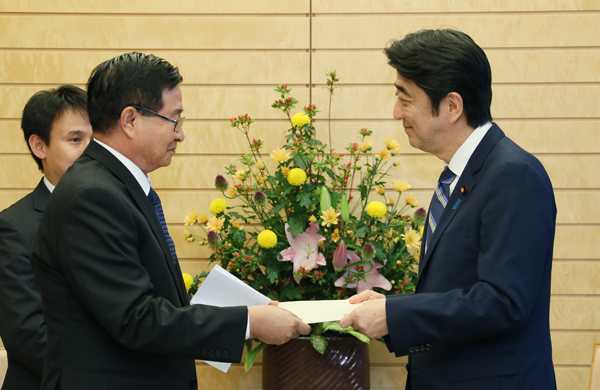 Photograph of Prime Minister Abe receiving a personal letter from the President of Myanmar