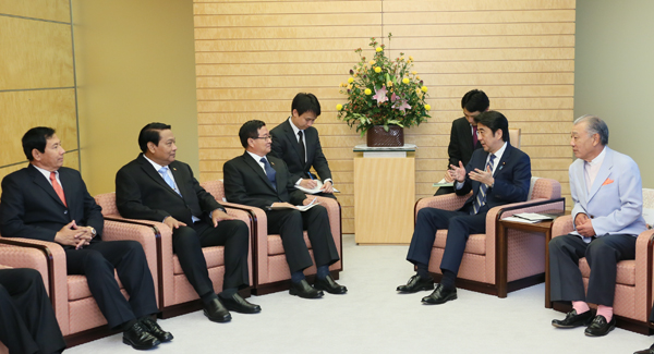 Photograph of Prime Minister Abe receiving the courtesy call from the Minister for President of Myanmar