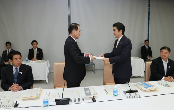 Photograph of the Prime Minister receiving the seventh proposal