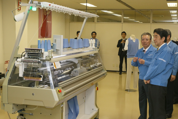 Photograph of the Prime Minister visiting a fiber products manufacturing machine maker