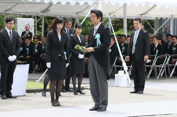 Photograph of the Prime Minister offering a flower (1)