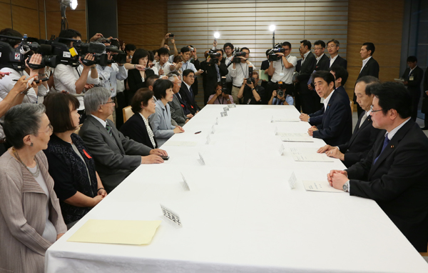 Photograph of the Prime Minister meeting with the delegation