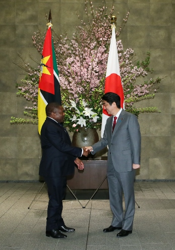 Photograph of Prime Minister Abe welcoming the President of Mozambique