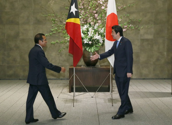 Photograph of Prime Minister Abe welcoming the President of East Timor