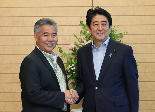 Photograph of the Prime Minister shaking hands with Governor Ige
