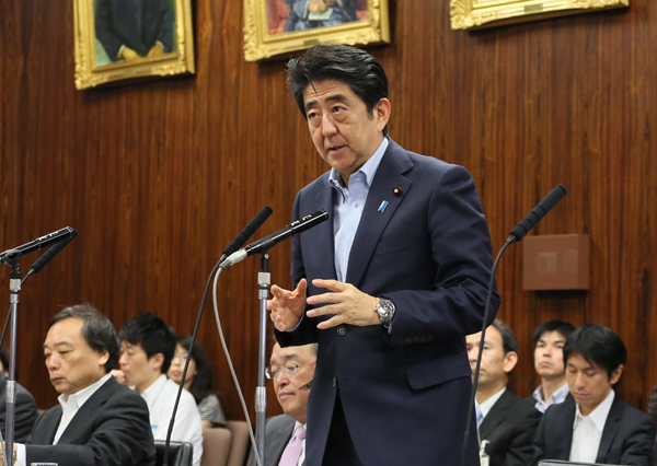Photograph of the Prime Minister answering questions (1)