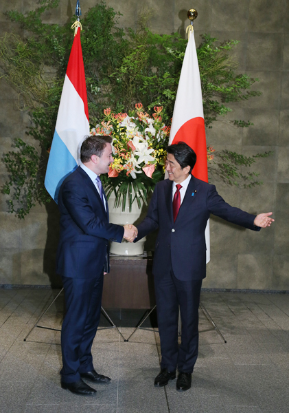 Photograph of the Prime Minister welcoming the Prime Minister of Luxembourg