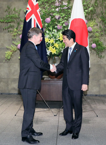 Photograph of Prime Minister Abe welcoming the Prime Minister of New Zealand