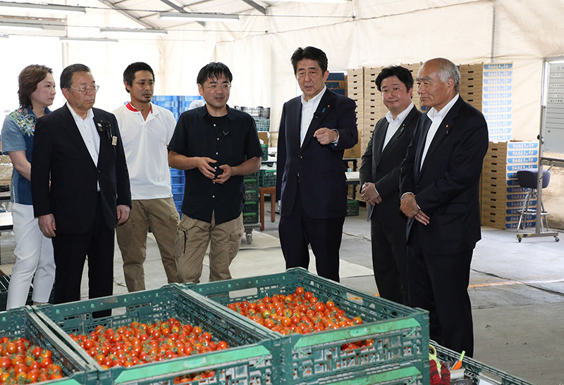 Photograph of the Prime Minister visiting a farm