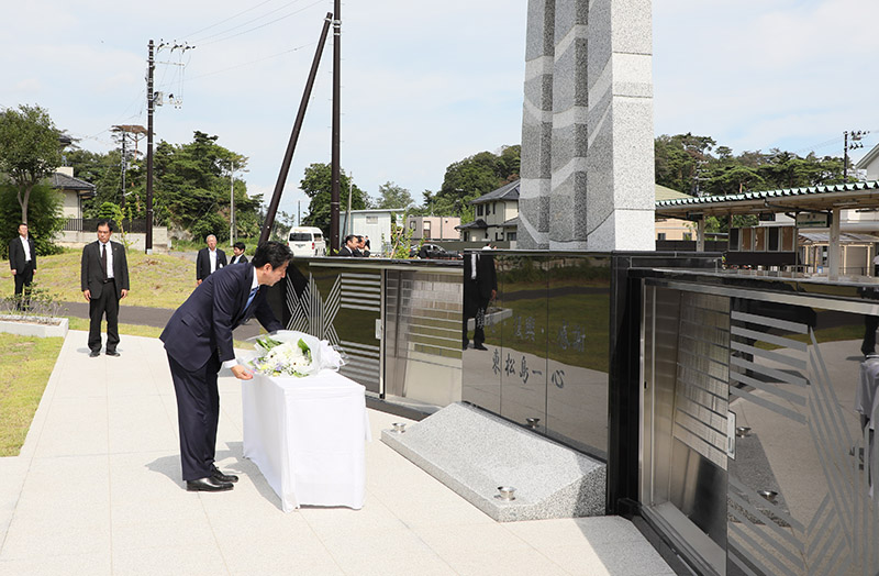 Photograph of the Prime Minister offering flowers at the memorial of Reconstruction Memorial Park of the Great East Japan Earthquake