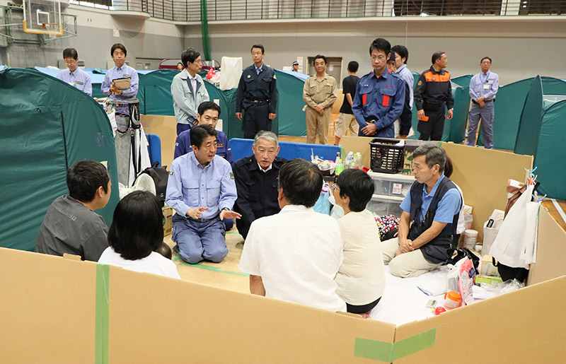 Photograph of the Prime Minister visiting an evacuation center