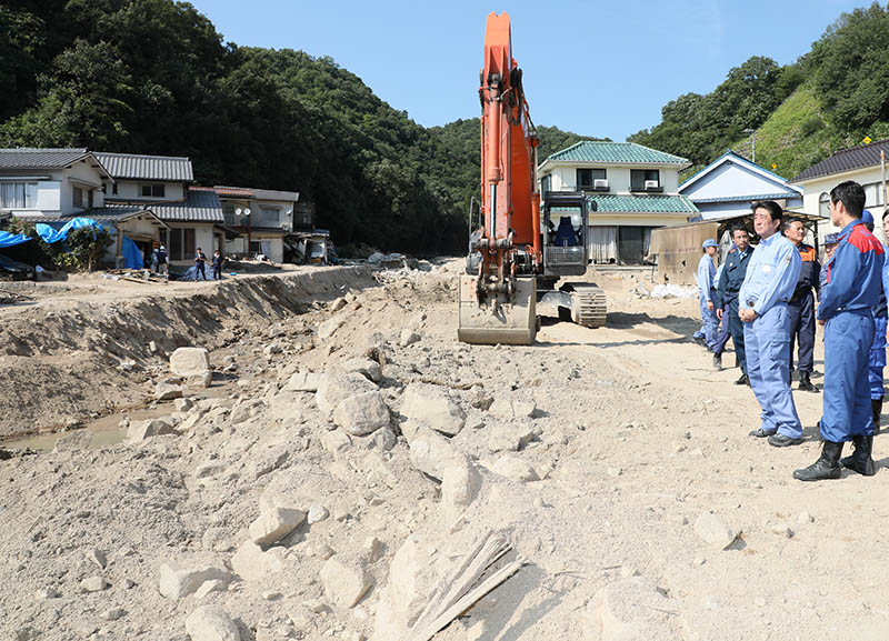 Photograph of the Prime Minister visiting a site affected by landslide