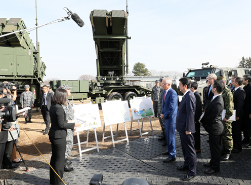 Photograph of the leaders visiting the JGSDF Narashino Training Area (2)