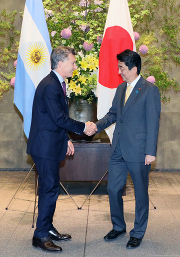 Photograph of the Prime Minister welcoming the President of Argentina