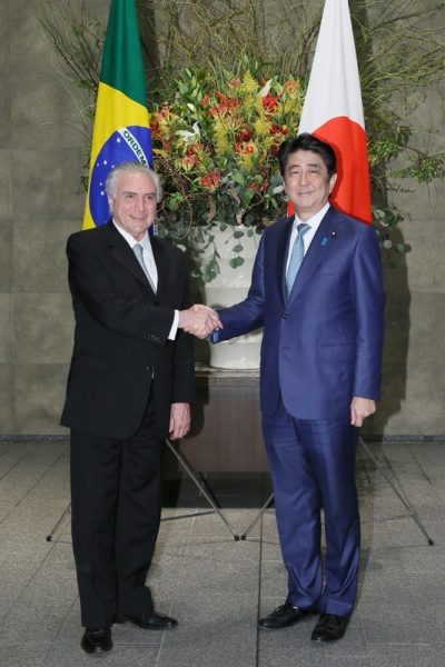 Photograph of Prime Minister Abe welcoming the President of Brazil