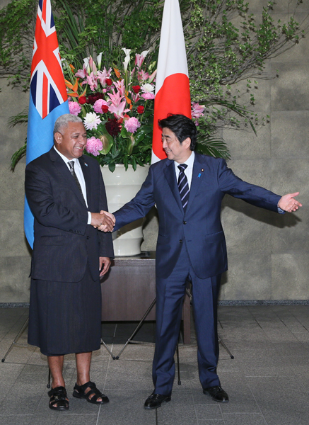 Photograph of the Prime Minister welcoming the Prime Minister of Fiji