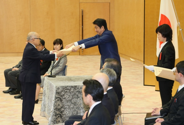 Photograph of the Prime Minister presenting a certificate of award (2)