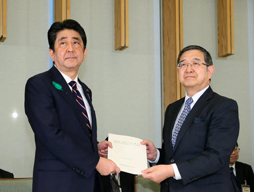 Photograph of the Prime Minister being presented with the recommendations (1)