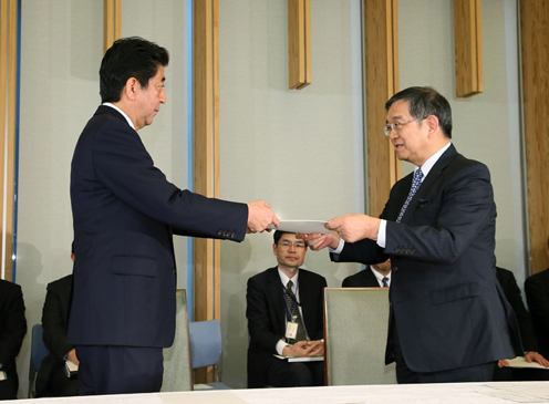 Photograph of the Prime Minister being presented with the recommendations (2)