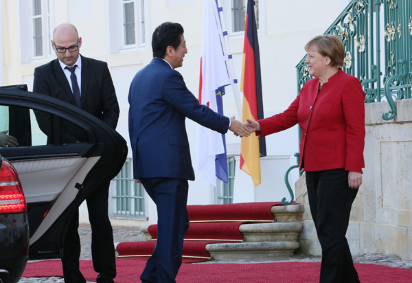 Photograph of the Prime Minister shaking hands with the Chancellor of Germany