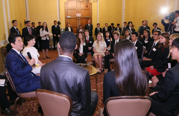 Photograph of the Prime Minister conversing with members of the KAKEHASHI Project (2)