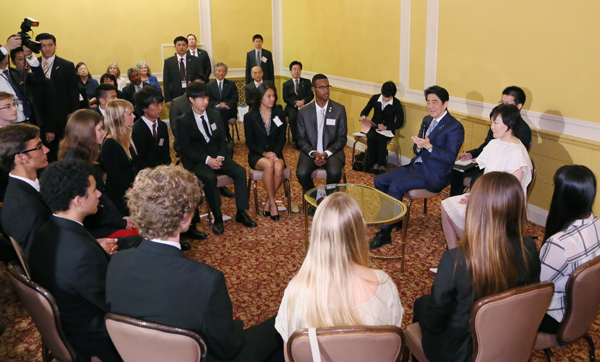 Photograph of the Prime Minister conversing with members of the KAKEHASHI Project (1)