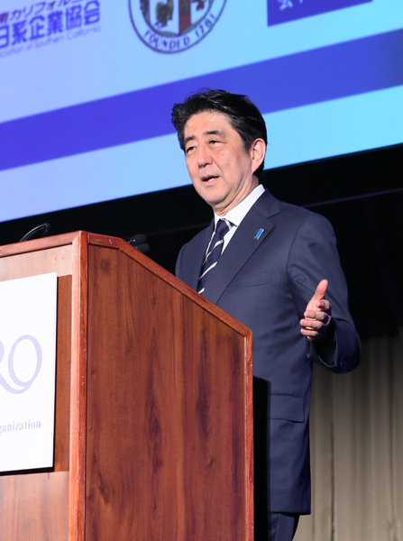 Photograph of the Prime Minister delivering an address at the Japan-U.S. Economic Forum (1)