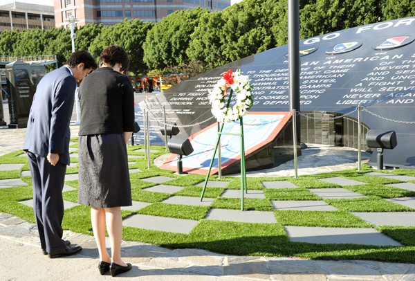 Photograph of the Prime Minister laying a wreath at the Go For Broke Monument for Japanese-American World War II veterans