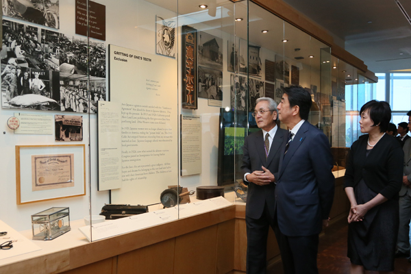 Photograph of the Prime Minister visiting the Japanese American National Museum