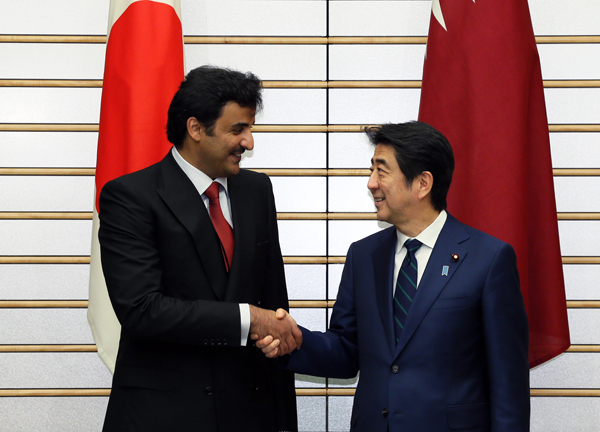 Photograph of Prime Minister Abe shaking hands with the Emir of Qatar