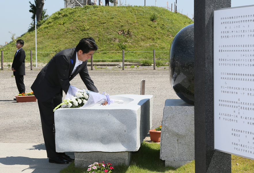 Photograph of the Prime Minister offering flowers at the Yuriage Memorial