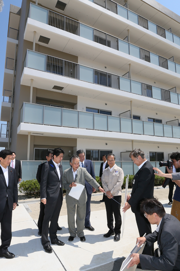 Photograph of the Prime Minister visiting public housing for disaster-stricken households