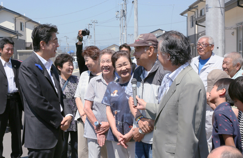 Photograph of the Prime Minister interacting with residents of public housing for disaster-stricken households