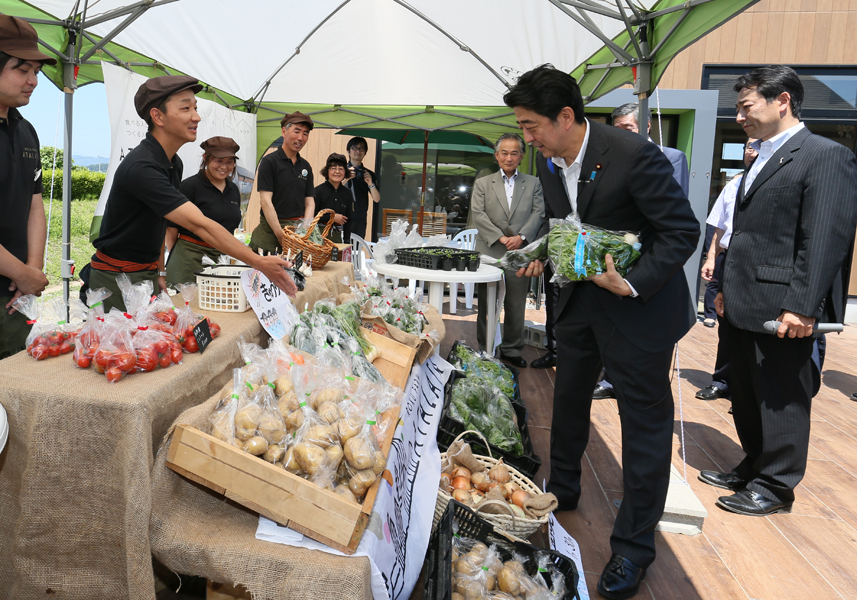 Photograph of the Prime Minister visiting a food complex and vegetable market