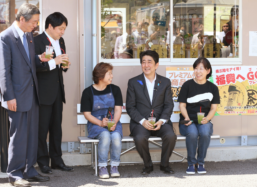 Photograph of the Prime Minister reuniting with people working in the temporary shopping area, the Minamisanriku Sun Sun Shopping Village