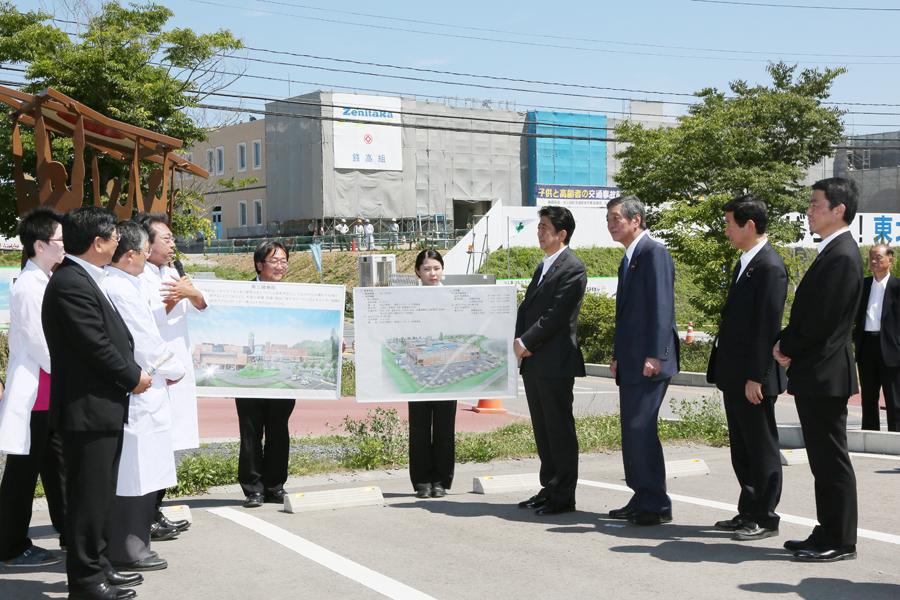 Photograph of the Prime Minister inspecting the state of recovery of hospital facilities