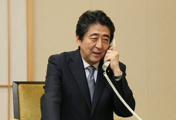 Photograph of Prime Minister Abe making the congratulatory telephone call