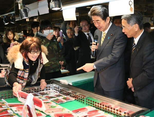 Photograph of the Prime Minister visiting Shiogama Seafood Wholesale Market (2)