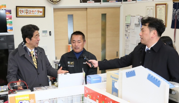 Photograph of the Prime Minister visiting the Onagawa Electricity Center and encouraging staff