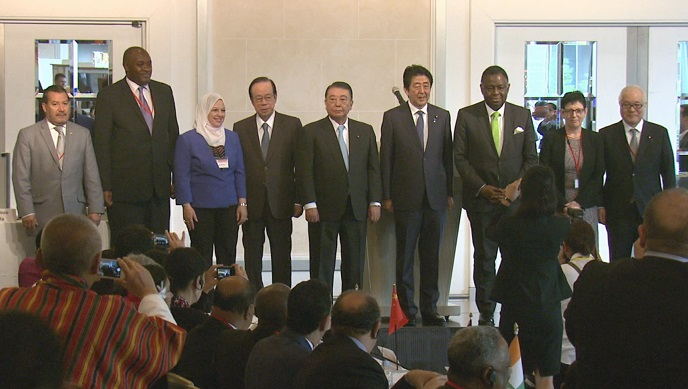 Photograph of the Prime Minister attending a commemorative photograph session