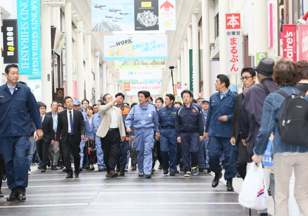 Photograph of the Prime Minister visiting the shopping area