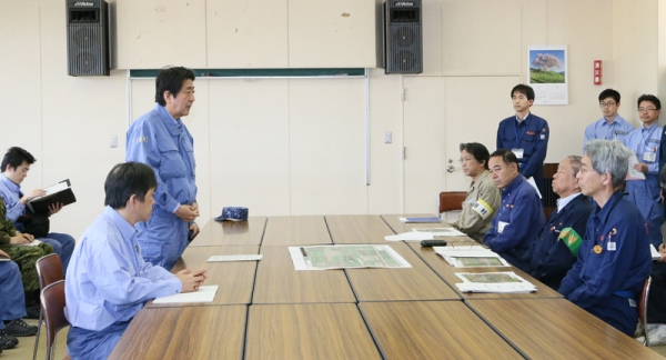 Photograph of the Prime Minister delivering an address at Nishihara Village Hall