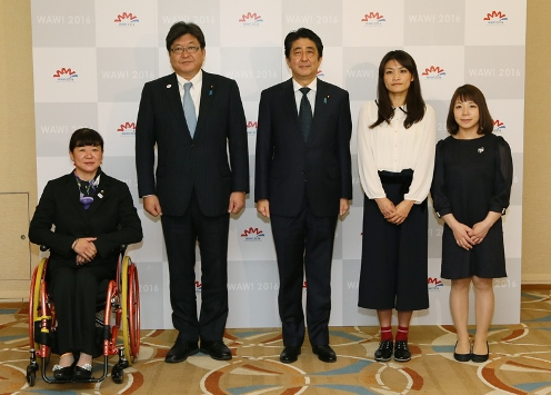 Photograph of the Prime Minister attending a commemorative photograph session with female Olympic and Paralympic Games athletes (1)