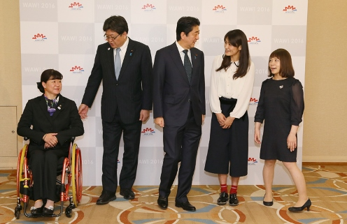 Photograph of the Prime Minister attending a commemorative photograph session with female Olympic and Paralympic Games athletes (2)