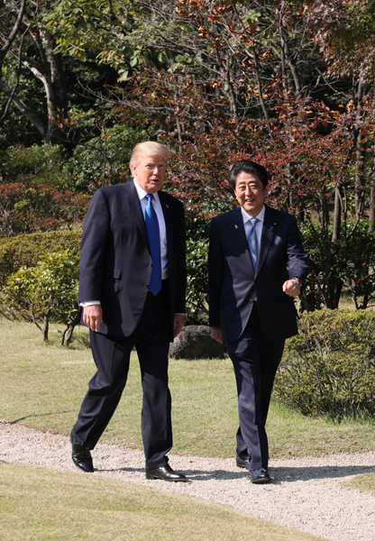 Photograph of the leaders walking around Akasaka Palace State Guest House (2)