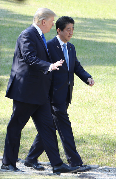 Photograph of the leaders walking around Akasaka Palace State Guest House (4)